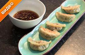 Китайские пельмени с креветками и овощами