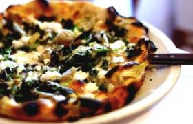 Пицца с крапивой и чесночным кремом