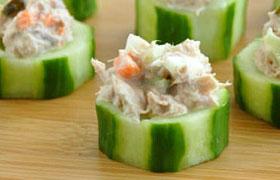 Салат с тунцом в огуречных чашечках