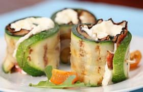 Роллы из кабачка и бекона с начинкой