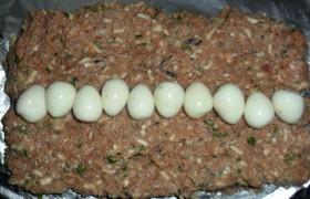 Рулет из фарша с перепелиными яйцами - фото №3