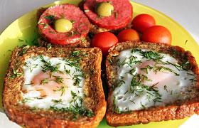 Яйца, жаренные в хлебе