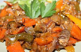 Куриные сердечки, тушенные с овощами