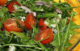 Салат из рукколы с сыром и черри