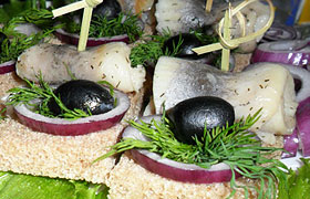 Бутерброды-канапе с селедкой