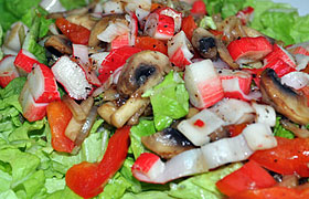 Грибной салат с крабовыми палочками и сладким перцем