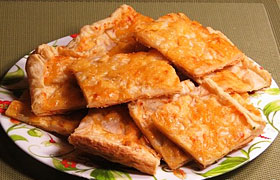 Пирог из слоеного теста с начинкой из груши и сыра