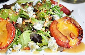 Зеленый салат с нектаринами
