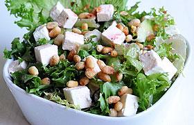 Зеленый салат с сыром и гранатовым соусом