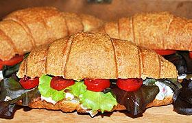 Круассаны с крабовым салатом