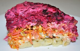 Овощной салат с черносливом и орехами