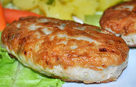 Рыбные котлеты с рисом и зеленью