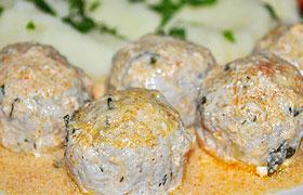 Куриные фрикадельки с сыром в сливочном соусе