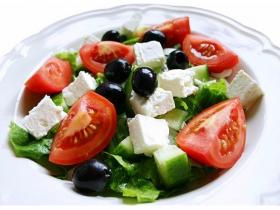 Салат с козьим сыром и оливками