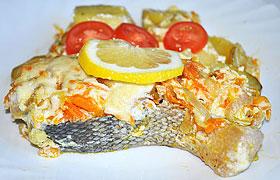 Красная рыба под сливочным соусом, запеченная с картофелем