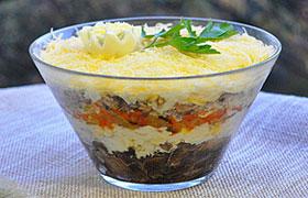 Слоеный салат с консервированной рыбой и грибами