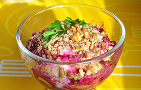Салат из свеклы с йогуртом и орехами