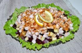 Салат из копченой курицы со свеклой и фруктами