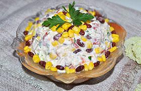 Салат из курицы, фасоли и овощей с йогуртом