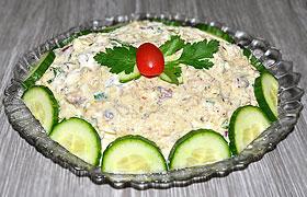 Салат с рыбными консервами, рисом и огурцом