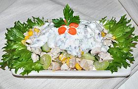 Салат из курицы с огурцом, кукурузой и йогуртом