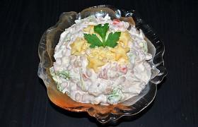 Куриный салат с фасолью, помидорами и сыром