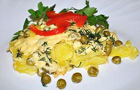 Гарнир из картошки с горошком, сыром и сливками