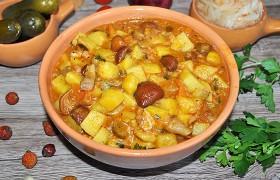 Тушеная картошка с тушенкой и грибами в мультиварке