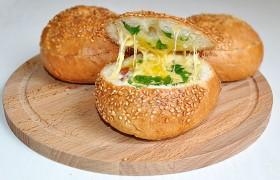 Завтрак из готовых булочек с яйцом и сыром