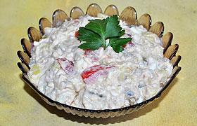 Салат из копченой рыбы с картофелем и оливками