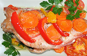 Морской окунь с овощами в фольге