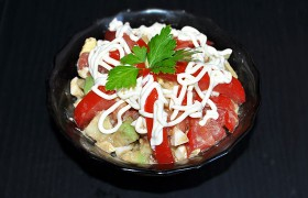 Салат из авокадо с помидорами и яйцом