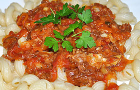 Макароны с тушенкой в томатном соусе