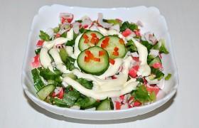 Салат с крабовыми палочками и огурцами