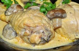 Куриные окорочка с грибами в сметане