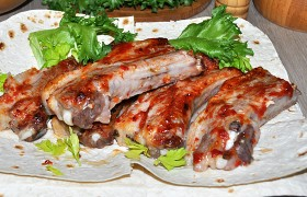 Запеченные свиные ребрышки с кисло-сладким соусом