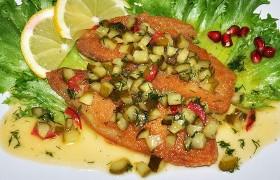 Жареная рыба с медово-огуречным соусом