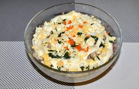 Салат из консервированной рыбы с морковью и яйцом