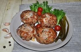 Котлеты по-сербски с грудинкой и сыром