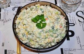 Салат из рыбы горячего копчения с овощами