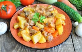 Картофель с мясом и грибами в томатном соке