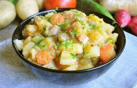 Картофель со свининой, солеными огурцами и томатами