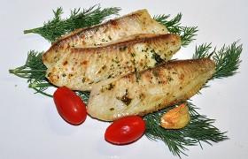 Белая рыба с маслом и специями в духовке
