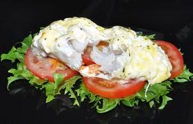 Пикша, запеченная на овощах под сыром