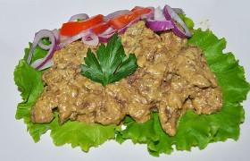 Куриная печень в орехово-сметанном соусе