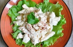 Куриное филе с луком и соусом