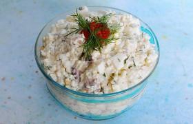 Салат морской коктейль с рисом и яйцом
