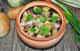 Кролик с картофелем и грибами в горшочке