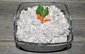 Салат из фасоли с печенью и огурцами