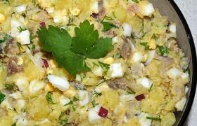 Салат с копченой скумбрией и картофелем